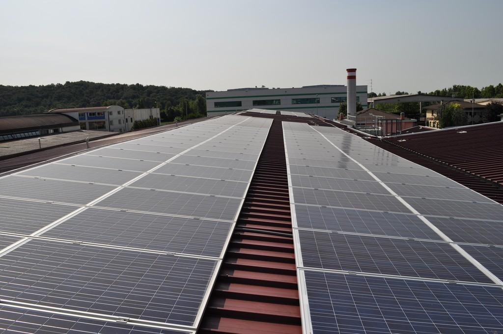 immagine campo fotovoltaico