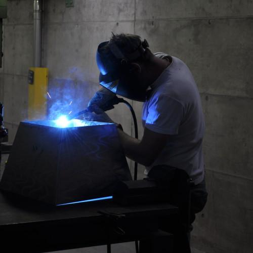 operazione di saldatura del vaso marte di falcar design